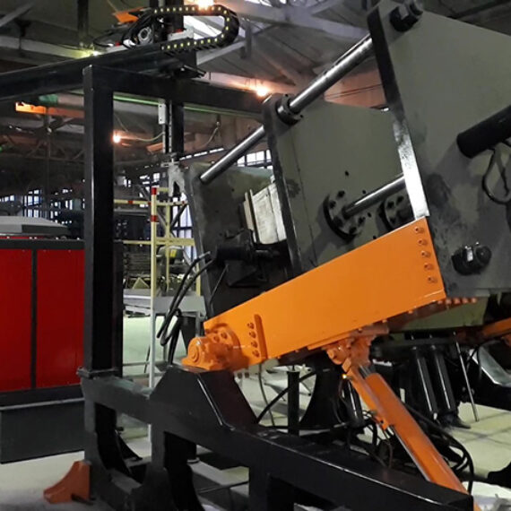 Kompleks odlewniczy oparty na kokilarke SA-Foundry ALG-1500*1300. Pokazane jest położenie formy do krzepnięcia stopu